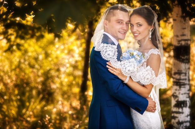 Gelukkige paar op trouwdag. loop in het najaar met de bruid en bruidegom in het nationaal park. prachtige bruiloft.