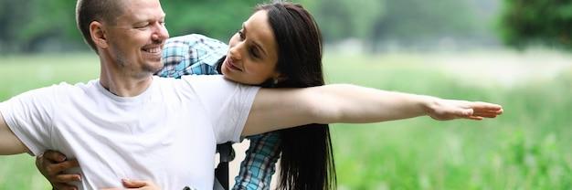 Gelukkige paar op wandeling in park gehandicapte rolstoel. echtgenoot bleef gehandicapt na een auto-ongeluk. vrouw voelt geen gevoelens van misbruik