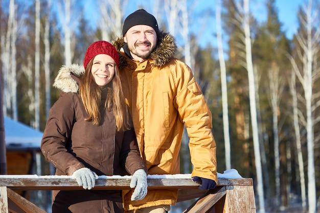Gelukkige paar op wintervakantie