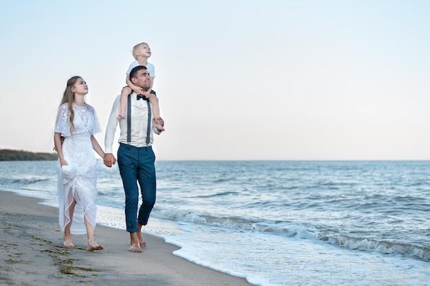 Gelukkige paar op zee strand in het resort. wandelen langs de kust. familie vakantie concept.