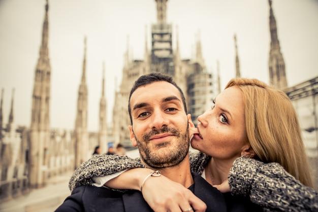 Gelukkige paar plezier met selfies op de top van de kathedraal