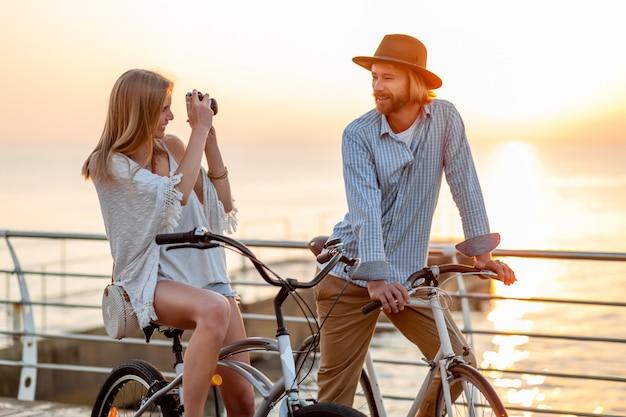 Gelukkige paar reizen in de zomer op de fiets, foto's maken