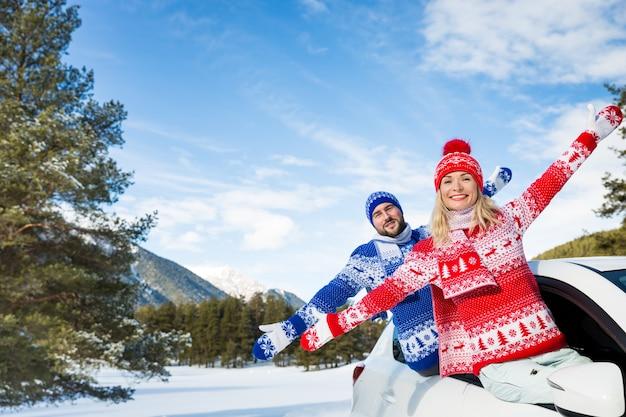 Gelukkige paar reizen met de auto vrienden hebben plezier in de bergen vrouw en man op wintervakantie