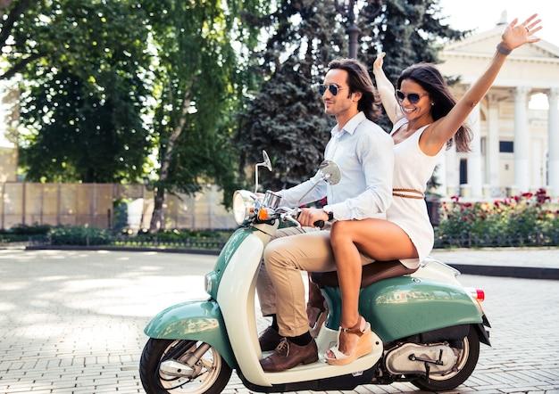 Gelukkige paar rijden op een scooter