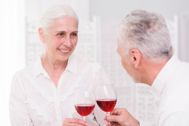 Gelukkige paar samen roosterende glazen wijn samen