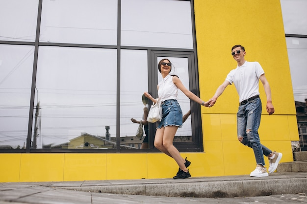 Gelukkige paar samen uit in de stad