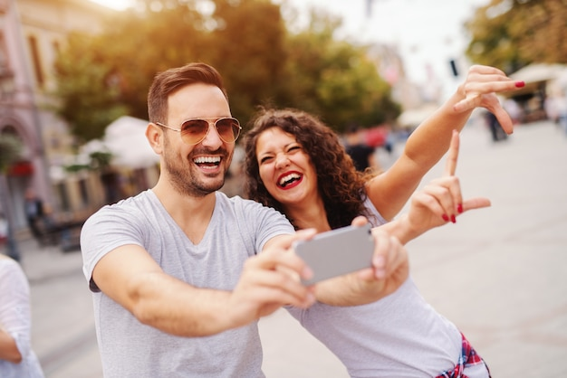 Gelukkige paar selfie te nemen op straat op zomer. reizend concept.