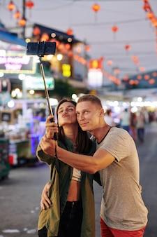 Gelukkige paar selfie te nemen