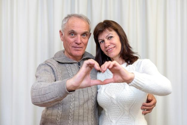 Gelukkige paar senioren vieren valentijnsdag.