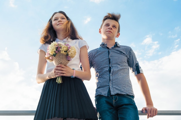 Gelukkige paar tieners jongen en meisje