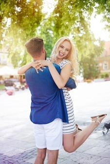 Gelukkige paar veel plezier in zomerdag