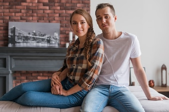Gelukkige paar verliefd elkaar zitten thuis