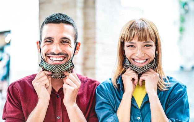 Gelukkige paar verliefd lachend met open gezichtsmasker