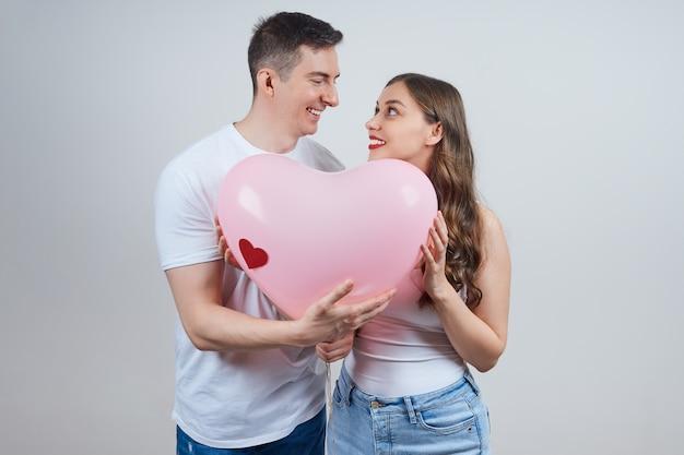 Gelukkige paar verliefd met een hartvormige ballon. fijne valentijnsdag.