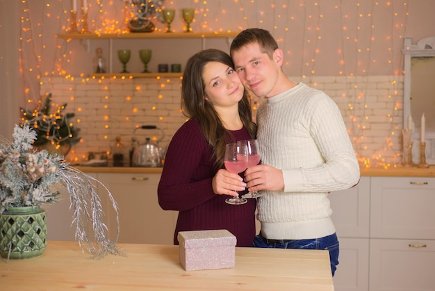 Gelukkige paar verliefd op glazen champagne familie in kerstmis