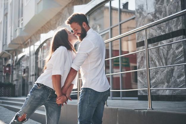Gelukkige paar verliefd op straat.