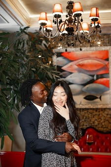 Gelukkige paar vieren hun verloving in een café en stevig knuffelen