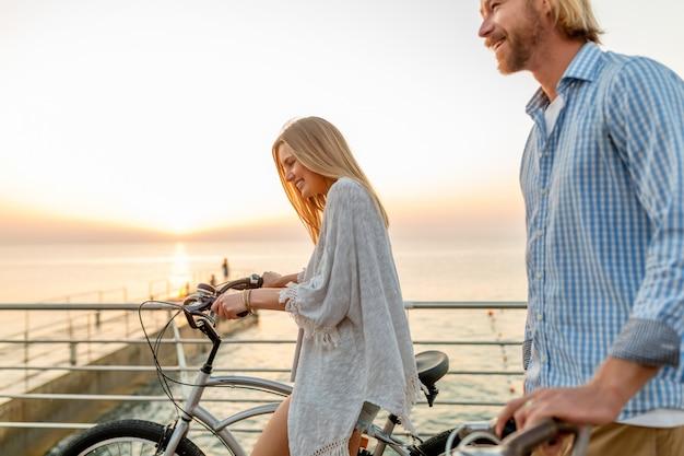 Gelukkige paar vrienden reizen in de zomer op de fiets