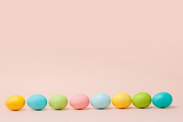 Gelukkige paaskaart met abstracte minimale scène met paaseieren in crèmekleuren op een rij.