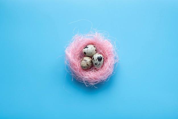 Gelukkige paaskaartsamenstellingen met eieren in nest over hout