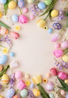 Gelukkige pasen-dag kleurrijke eieren en bloemdecoratie op papier