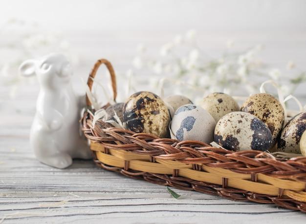 Gelukkige pasen-decoratie met kwartels egss in rieten mand