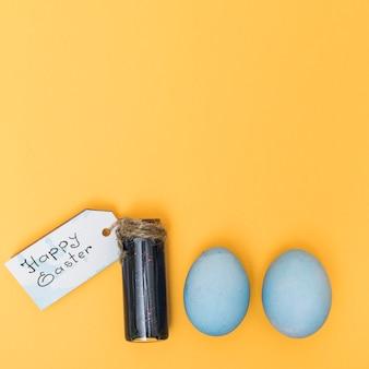 Gelukkige pasen-inschrijving met kleurrijke eieren