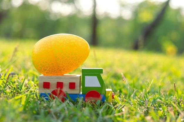 Gelukkige pasen met eieren leuk konijntje en auto in de ochtend, grappige decoratie in graslentetijd