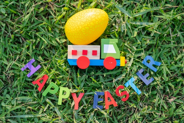Gelukkige pasen met kleurrijk eieren leuk konijntje en auto in de ochtend, grappige decoratie in graslentetijd