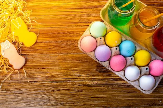 Gelukkige pasen met kleurrijke eieren in mand. tafel versieren voor vakantie. bovenaanzicht