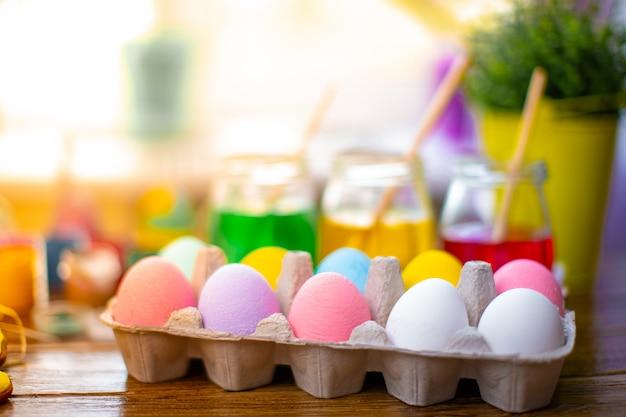 Gelukkige pasen met kleurrijke eieren in mand. tafel versieren voor vakantie.