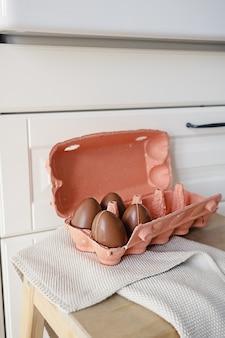Gelukkige pasen-samenstelling van vier chocolade-eieren in de moderne stijlkeuken. diy-vakantiedecor voor kinderen.