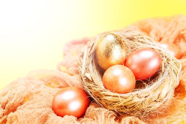 Gelukkige pasen-vakantieachtergrond met gekleurde roze en gouden eieren