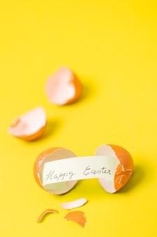 Gelukkige pasen-woorden op papier tussen shell