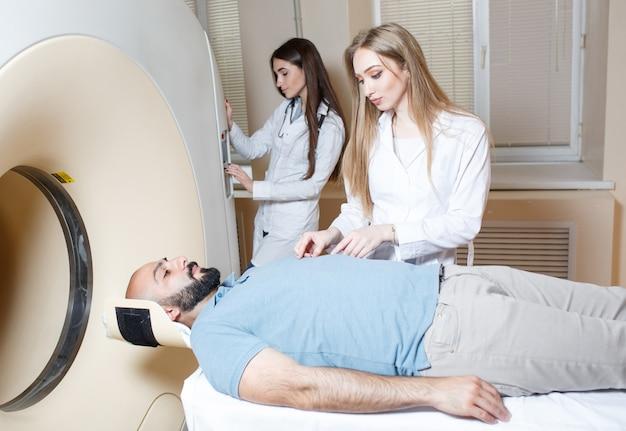 Gelukkige patiënt die mri-scan ondergaan in het ziekenhuis.