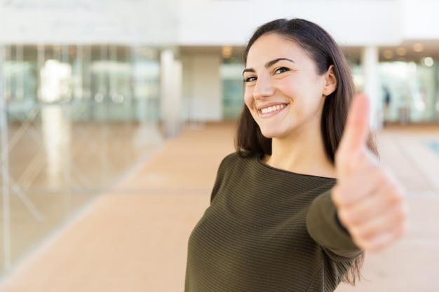 Gelukkige positieve mooie vrouw die als gebaar maakt