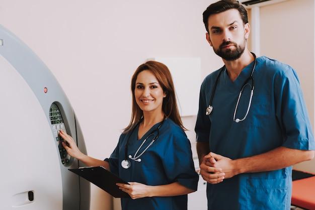Gelukkige radiologen stellen de mri-machinefunctie in