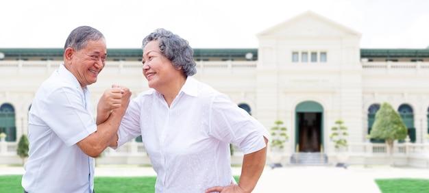 Gelukkige reis met senior aziatische ouder in dansactie en goede zorg voor bejaardenzorg