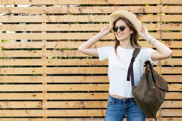 Gelukkige reiziger met houten achtergrond