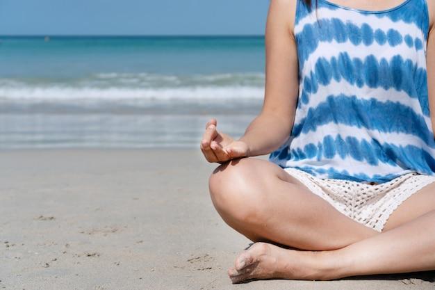 Gelukkige reizigers aziatische vrouw die vreedzaam bij tropisch strand op vakantie voelen. zomer op strand concept.