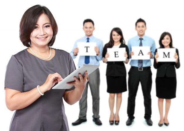 Gelukkige rijpe bedrijfsvrouwen met haar personeel, groepswerkconcept