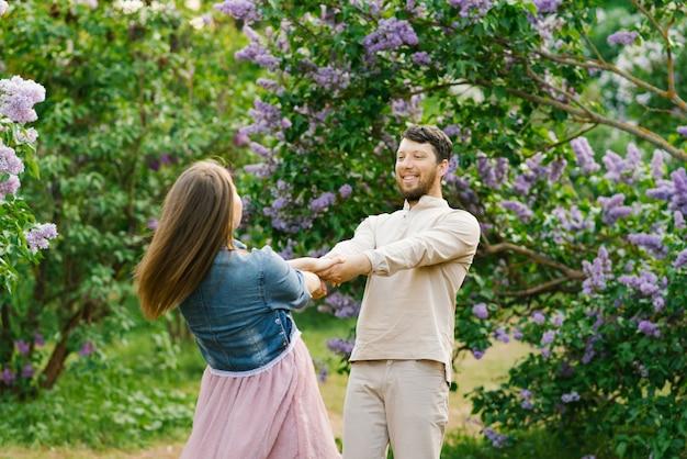 Gelukkige romantische momenten van het mooie paar dansen en gek rond in het park tijdens het daten. valentijnsdag
