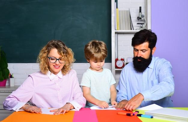 Gelukkige schoolkinderen bij les in september gezinsonderwijs gezinsschool begin van de lessen