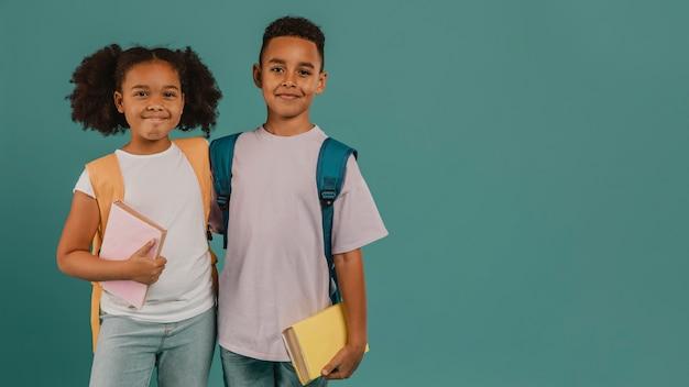 Gelukkige schoolvrienden kopiëren ruimte