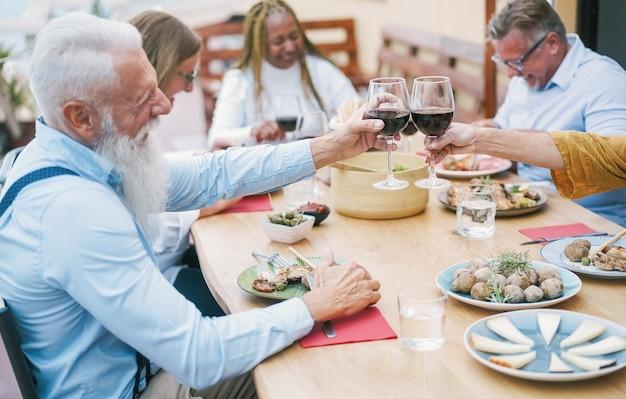 Gelukkige senior mensen vieren op zondag