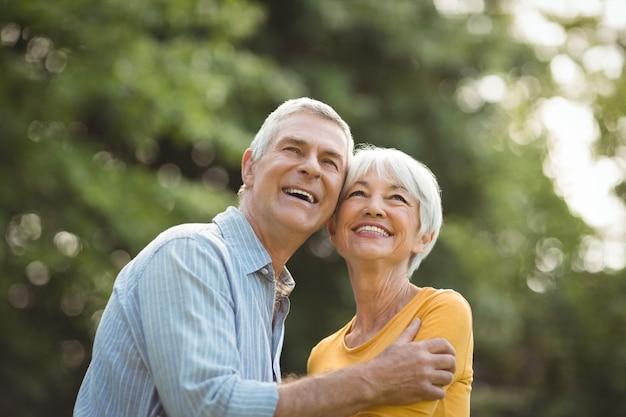Gelukkige senior paar in park
