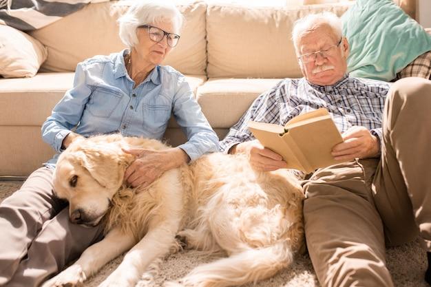 Gelukkige senior paar in zonovergoten huis