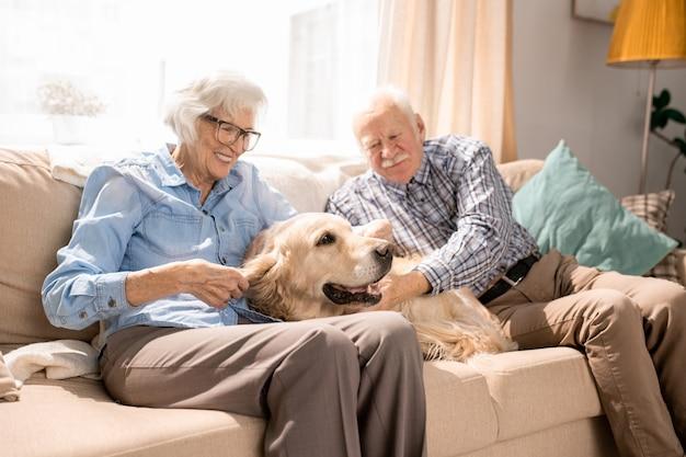 Gelukkige senior paar thuis