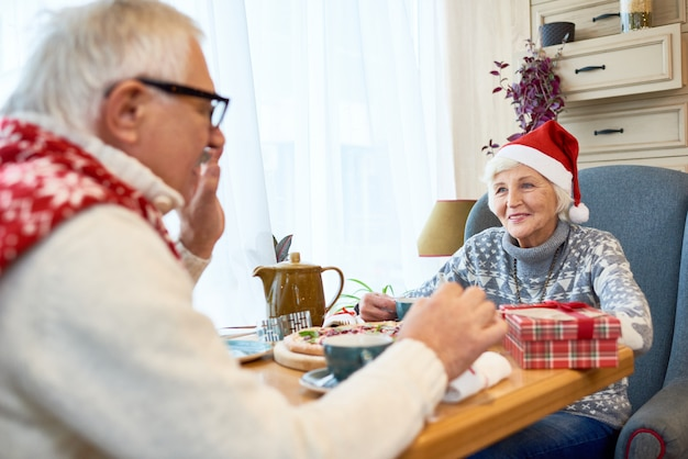 Gelukkige senior paar vieren kerstmis