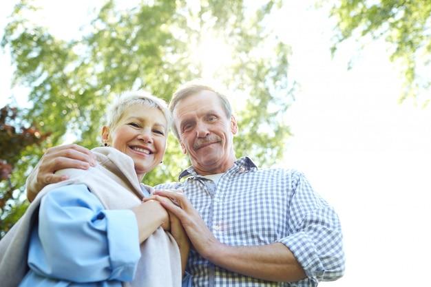 Gelukkige senior paar wandelen in het park